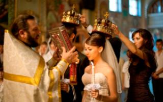 Как правильно пишется, ударение в слове «венчаться»