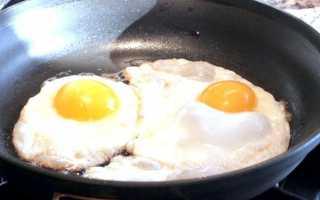 Рецепти з яєць: смачна яєчня з ковбасою